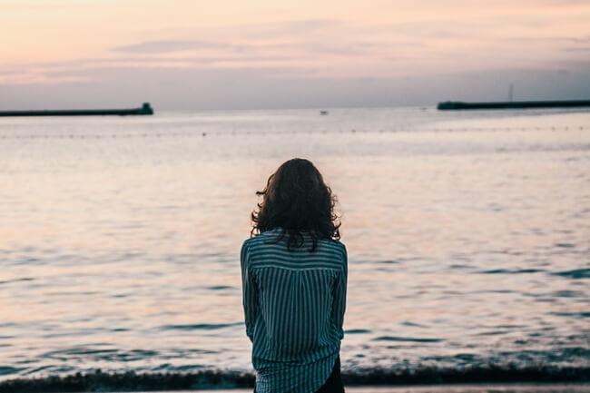 友達ができず孤独な女性